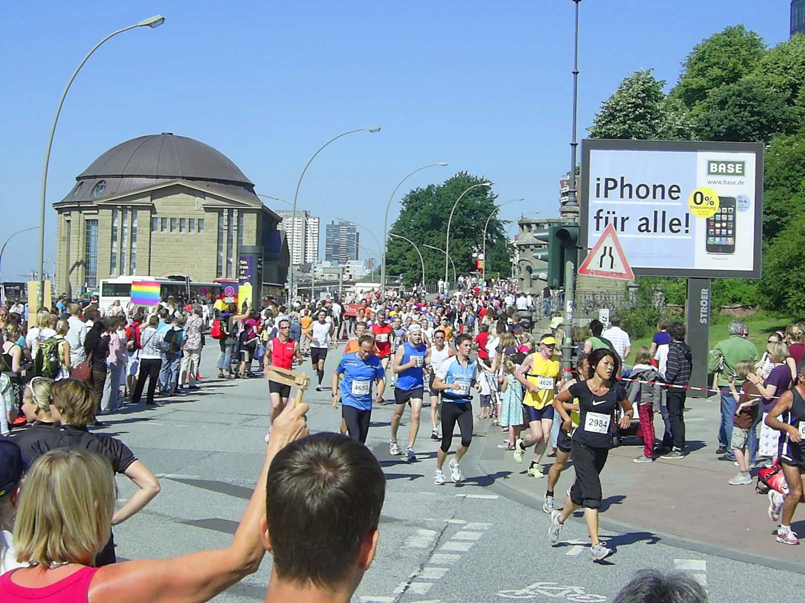 16. hella Halbmarathon 2010: Läuferfeld auf der ersten Runde vor dem Einbiegen in die Helgoländer Allee