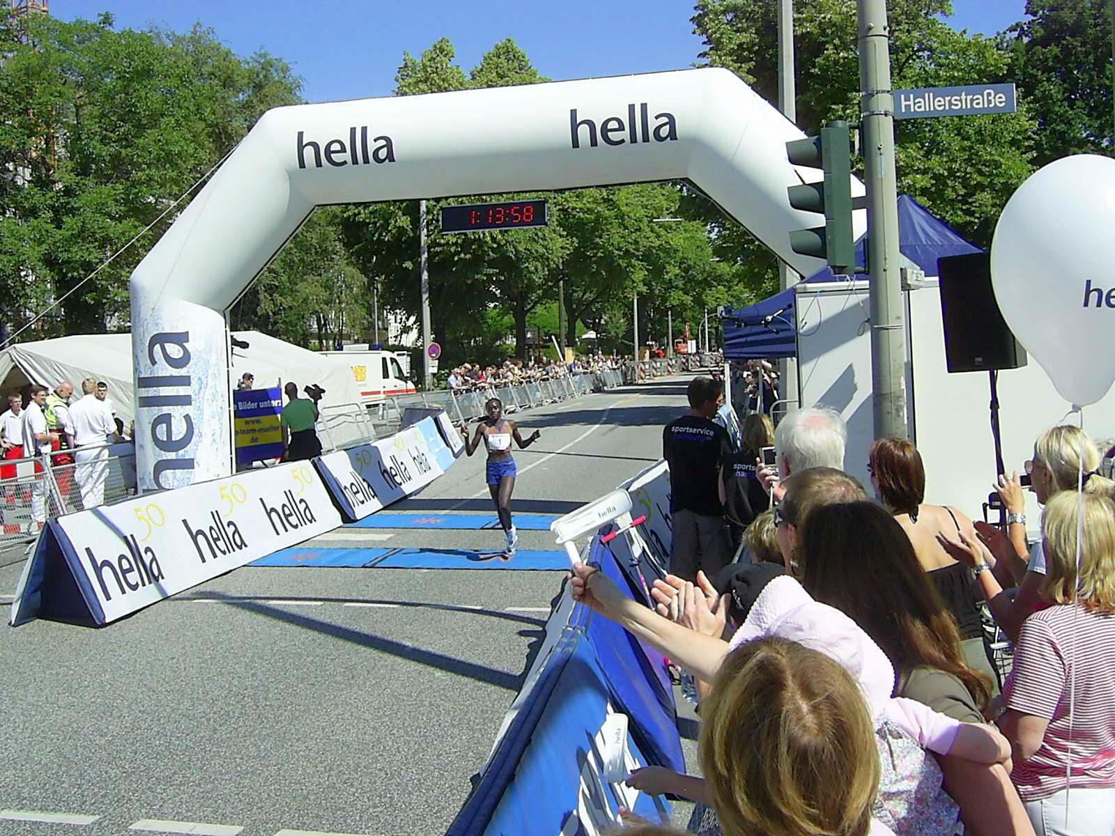 16. hella Halbmarathon 2010: Zieleinlauf Caroline Chepkwony, 1., Strecken + Veranstaltungsrekord